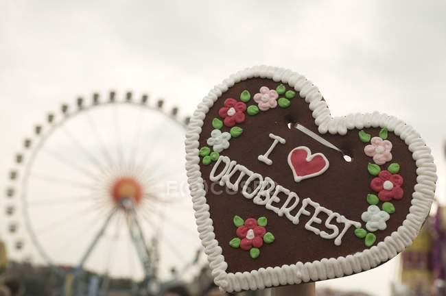 Primo piano vista del cuore Lebkuchen con ruota panoramica sullo sfondo — Foto stock