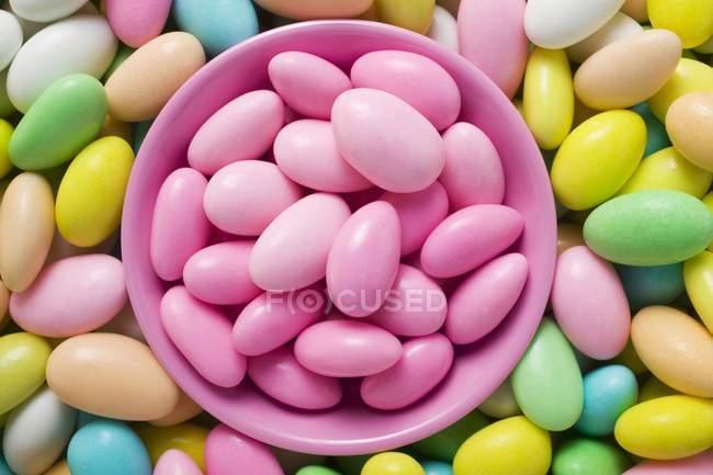 Сахарный миндаль с розовой миской — стоковое фото