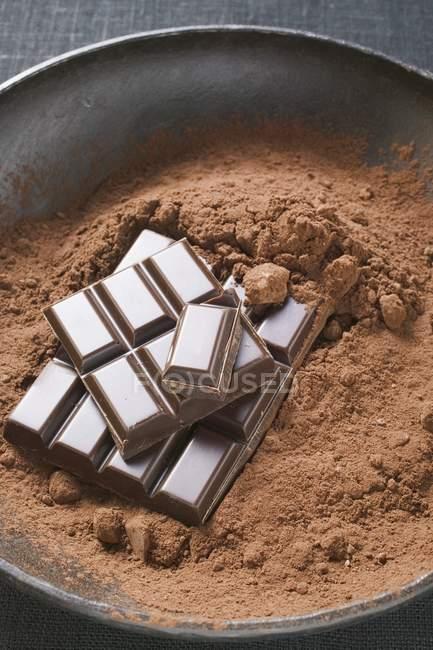 Какао-порошок и кусочки шоколада — стоковое фото