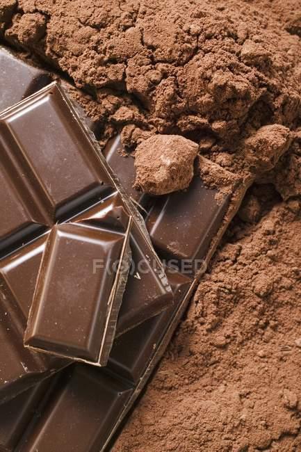 Cacao en poudre et morceaux de chocolat — Photo de stock