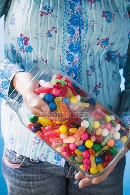 Prendre des bonbons à la main — Photo de stock