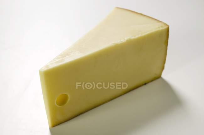 Trozo de queso duro - foto de stock
