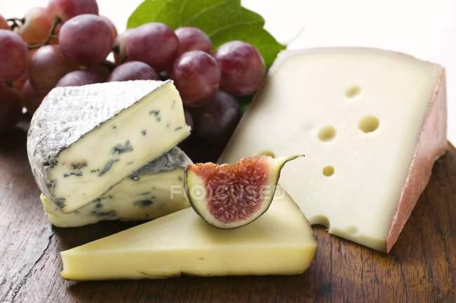 Сыр доска с инжир и виноград — стоковое фото