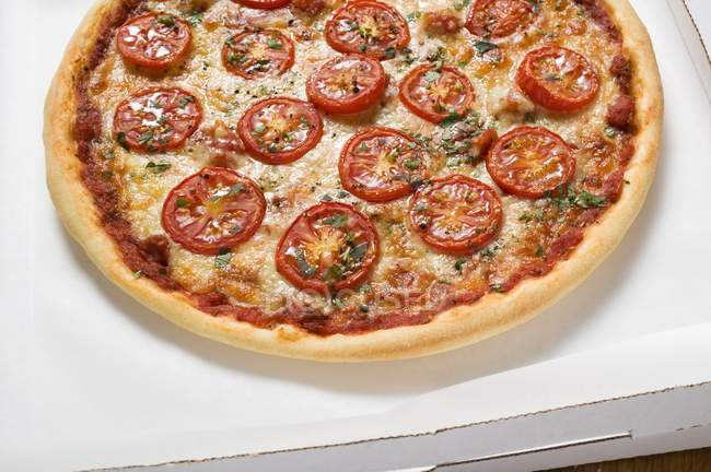 Cheese and tomato pizza — Stock Photo