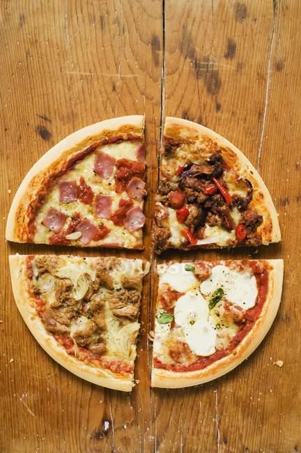 Кусочки четыре пиццы — стоковое фото