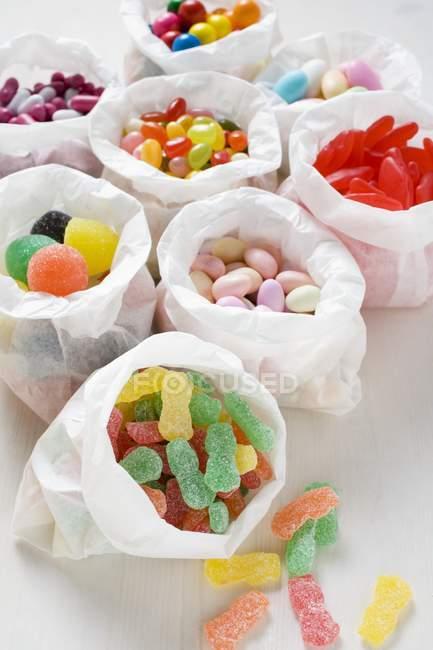 Doces variados em sacos de papel — Fotografia de Stock