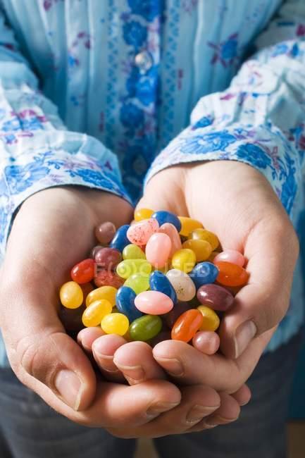Mains tenant des gelées — Photo de stock