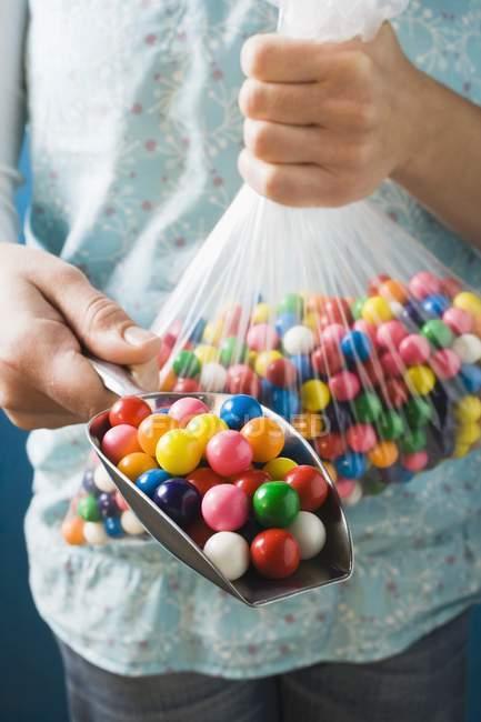 Vista ritagliata di persona in possesso di sacchetto di plastica e scoop bolla di spirito palle di gomma — Foto stock