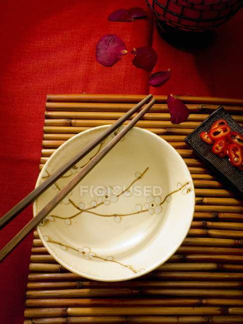 Asian table setting with bowl and chopsticks — Stock Photo