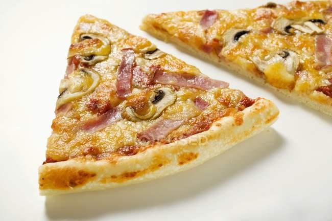 Scheiben von American Style pizza — Küche, Ernährung - Stock ...