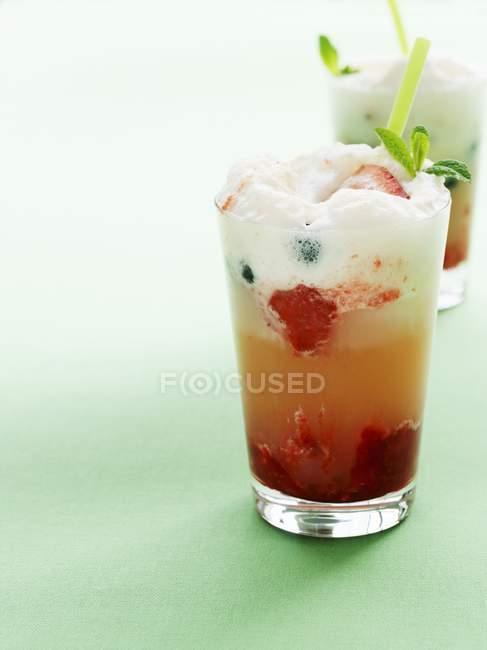 Flotteur aux fraises et bleuets — Photo de stock