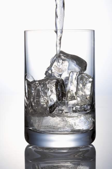 Wasser ins Glas gießen — Stockfoto
