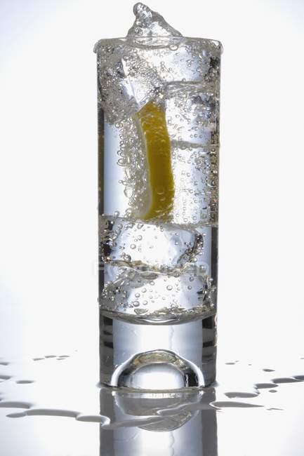 Стакан води з лимона скибочка — стокове фото