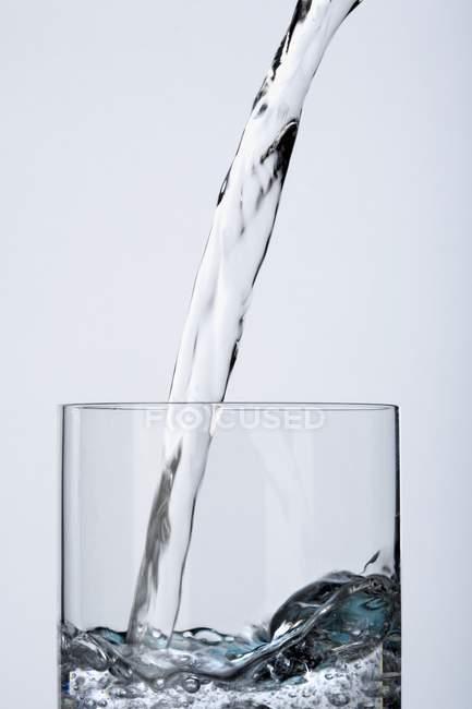 Заливати чистою водою — стокове фото