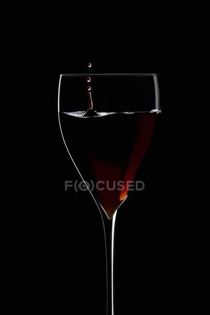 Rotwein, die Tropfen in ein Glas Wein — Stockfoto