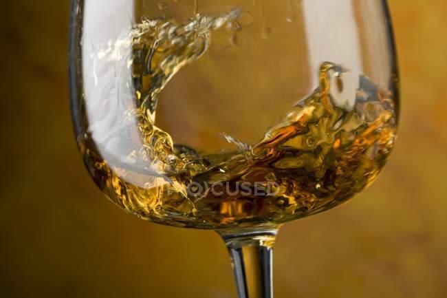 Кружляючі коньяк у склі — стокове фото
