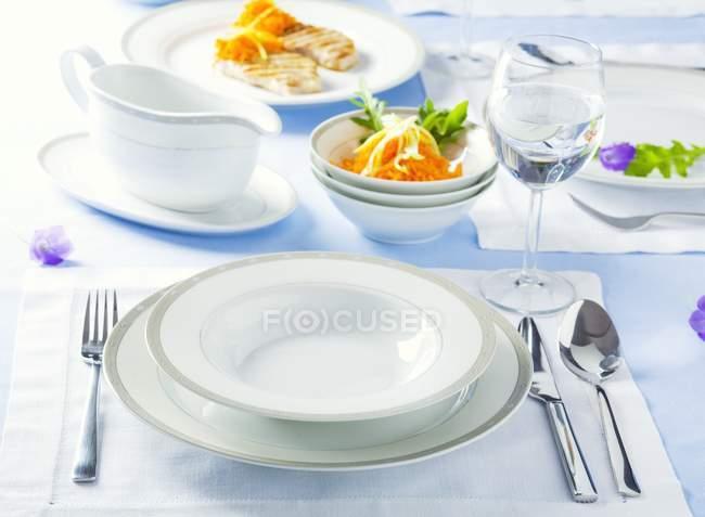 Conjunto mesa con ajuste de lugar - foto de stock