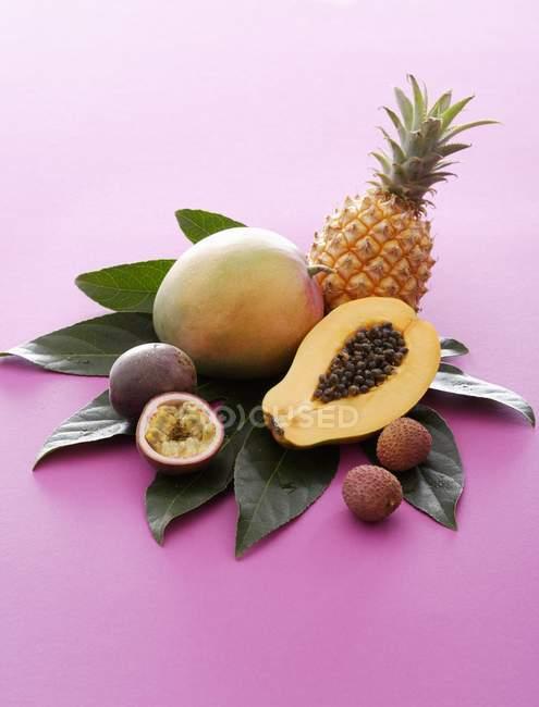 Frutta esotica fresca con i fogli — Foto stock