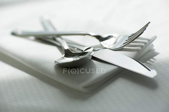 Cuchillo, tenedor y cuchara - foto de stock