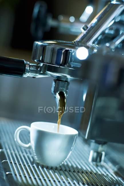 Espresso in die Tasse — Stockfoto