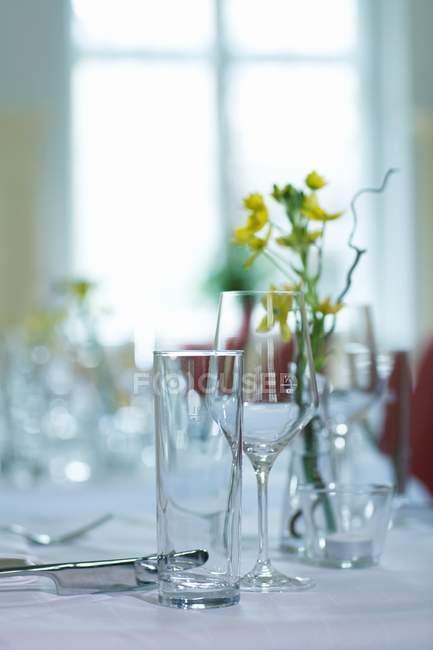 Крупним планом подання накритий стіл з квітами і посуд — стокове фото