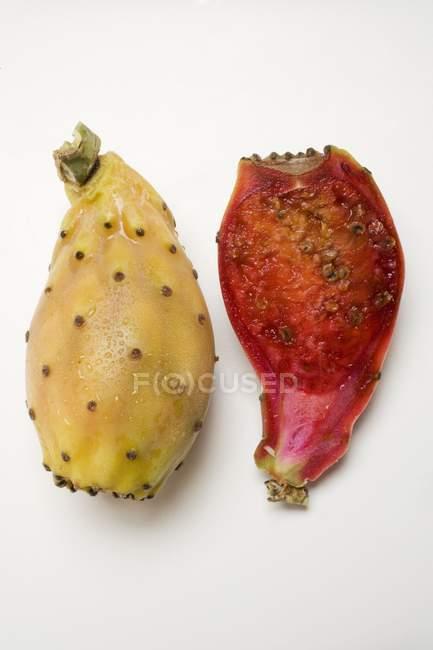 Todo e metade de peras espinhosas — Fotografia de Stock