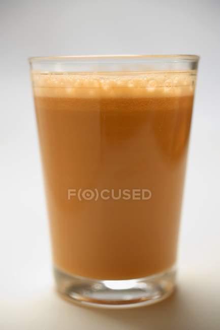 Succo di carota fresco servito in bicchiere — Foto stock