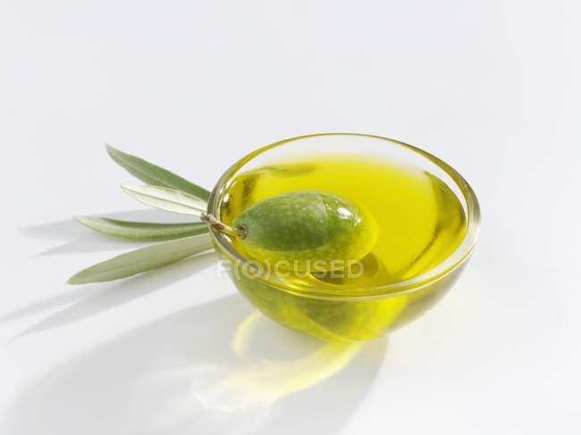 Зеленая оливковая в блюдо оливкового масла — стоковое фото