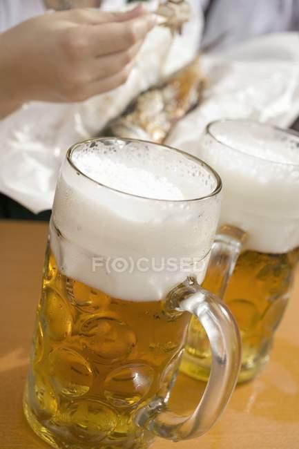 Becher Bier auf dem Tisch — Stockfoto