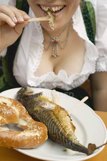 Жінки, які їли Steckerlfisch і кренделі — стокове фото