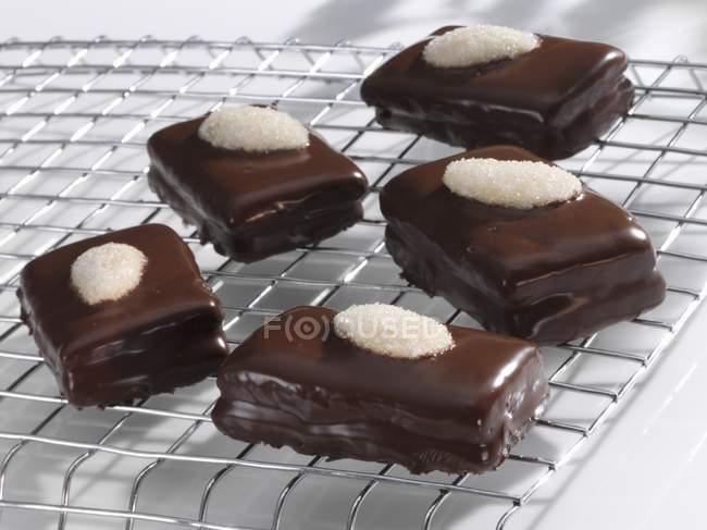 Vue de Ischler d'amandes tranches sur la grille de refroidissement — Photo de stock