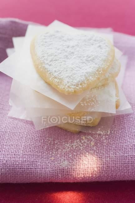 Крупним планом подання навіть тісто серця з цукрової пудри — стокове фото