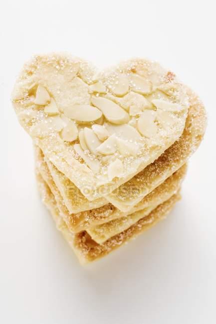 Closeup exibição de corações amêndoas empilhadas com açúcar — Fotografia de Stock