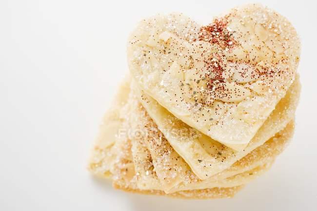 Vue rapprochée des coeurs d'amandes empilées avec du sucre — Photo de stock