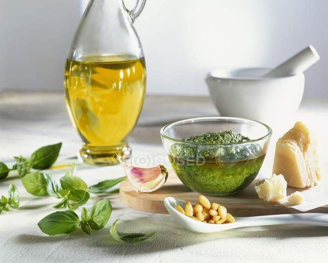 Sauce pesto et ingrédients — Photo de stock