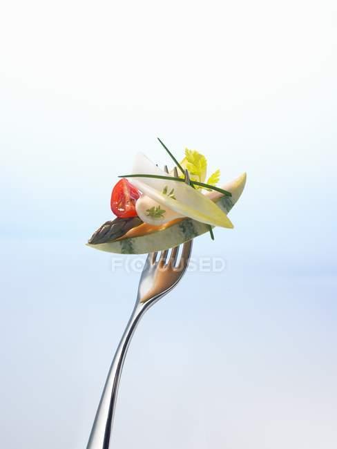 Melão com espargos e salada em garfo — Fotografia de Stock