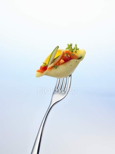 Nudelschale gefüllt mit Gemüse — Stockfoto
