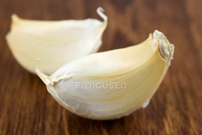 Два зубчика чеснока — стоковое фото