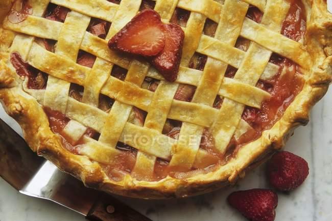 Клубничный ревеневый пирог — стоковое фото