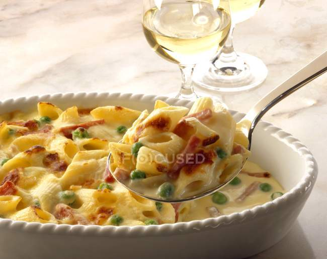 Baked tortellini in creamy cheese — Stock Photo