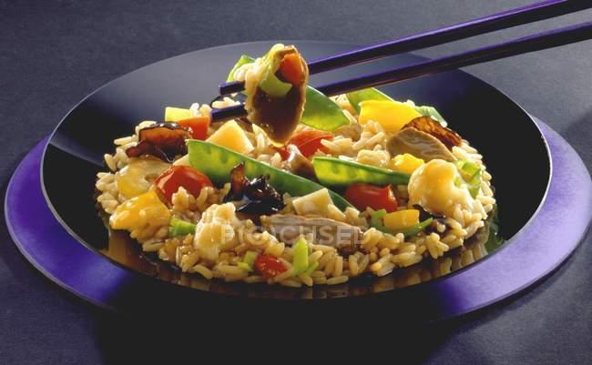 Рисовое блюдо с овощами и беконом — стоковое фото