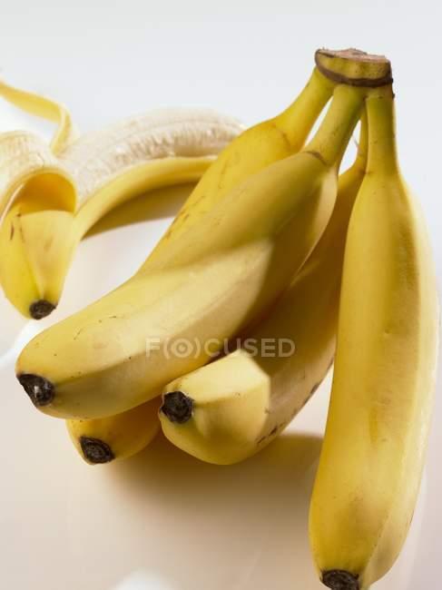 Кілька стиглі банани — стокове фото