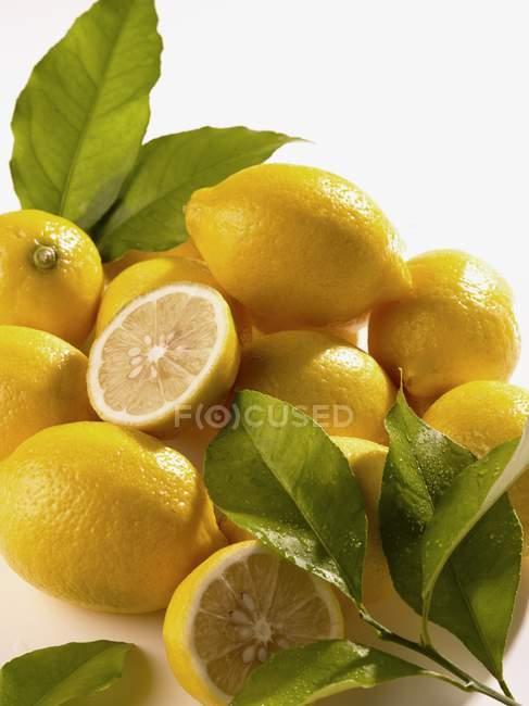 Цілому, так і половини лимона — стокове фото