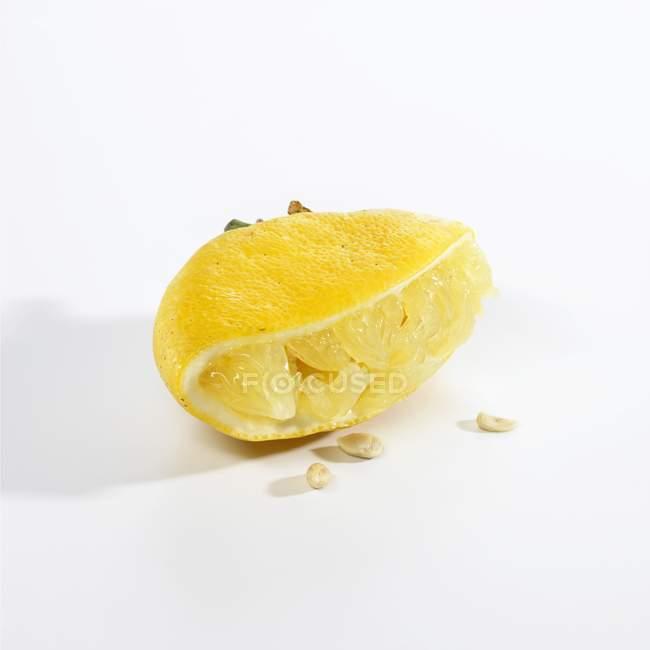 Gepresste Zitrone halb — Stockfoto