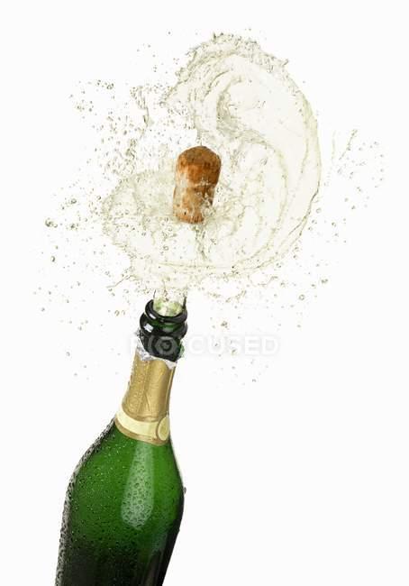 Cortiça voando para fora de uma garrafa de vinho espumante — Fotografia de Stock