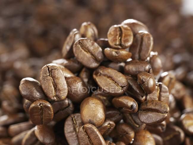 Кофейные зерна в куче — стоковое фото