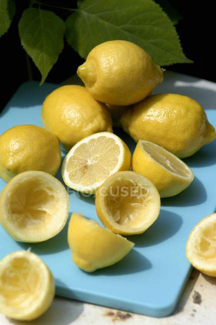 Whole and squeezed lemons — Stock Photo