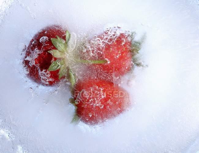 Замороженной клубники с стебли — стоковое фото