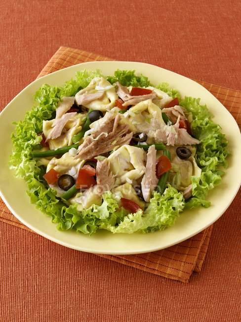 Tortellini pasta salad with tuna — Stock Photo