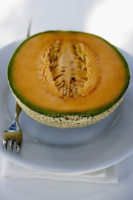 Metade de melão melão fresco — Fotografia de Stock
